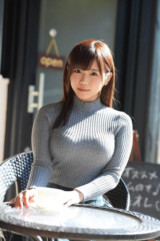 元ギルガメ出演アイドル羽咲みはる、アンミラ風お○ぱい制服でこっそり客にパイズリ接客ww